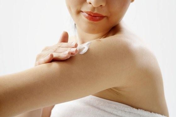 Sữa dưỡng thể giảm viêm ngứa Eucerin Atocontrol Body Care Lotion 250ml dành cho làn da khô, chàm, vảy nến – Đức-hibeauty